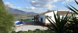 AX691 – Casa del Lago, lakeside villa, Viñuela