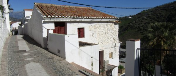 AX698 – Casa de Piedra, large village house to restore, Cutar